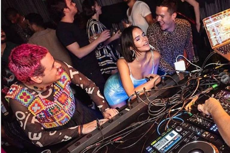 Bruna Marquezine celebrou aniversário de 24 anos ao lado de amigos em São Paulo, neste sábado (10)