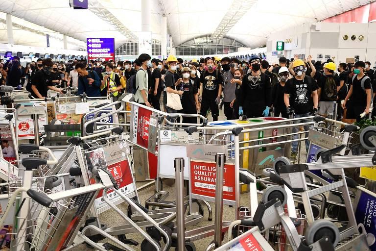 Protestos no aeroporto de Hong Kong em 13 de agosto
