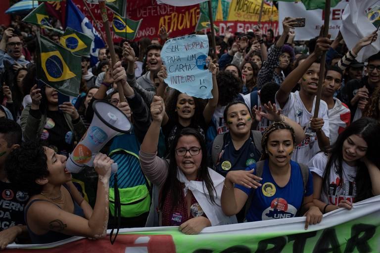 Manifestantes protestam contra o governo Bolsonaro na avenida Paulista, em São Paulo