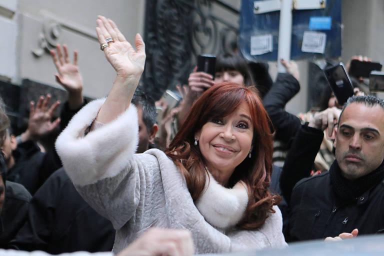 Cristina Kirchner acena para a multidão antes de entrar em carro