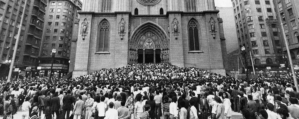 Manifestação na praça da Sé, após missa celebrada na catedral, em 31 de outubro de 1975, seis dias após a morte do jornalista Vladimir Herzog, numa cela do DOI-Codi