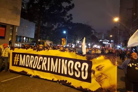 Faixa em ato nesta terça-feira (13) em Curitiba