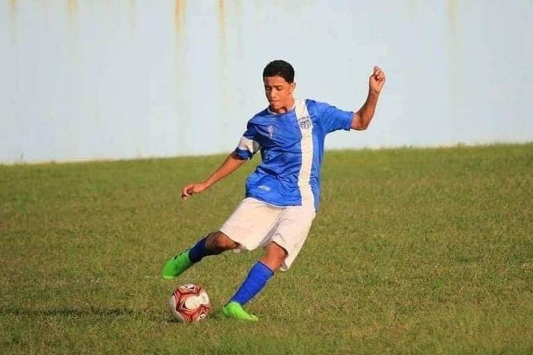 Dyogo Costa joga futebol