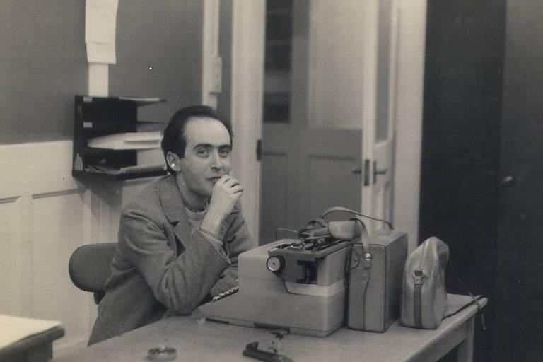 O jornalista Vladimir Herzog em frente à máquina de escrever