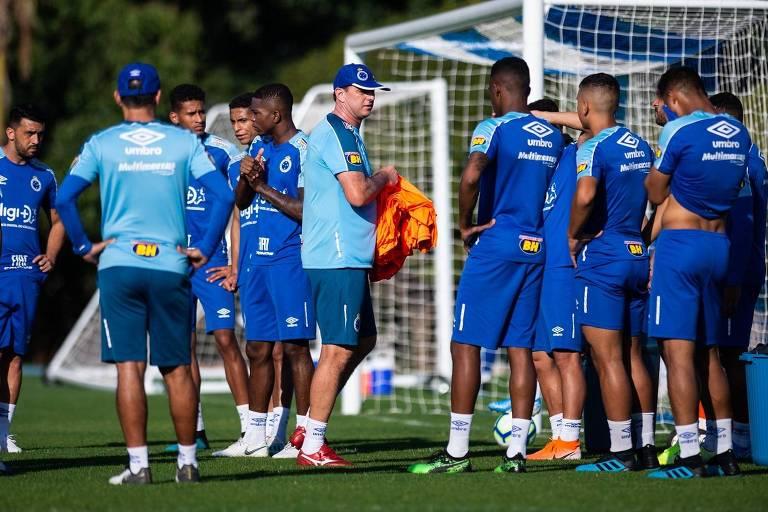 Rogério Ceni distribui coletes para os jogadores no seu primeiro treino como técnico do Cruzeiro, na Toca da Raposa