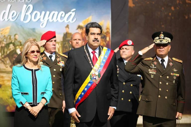 O ditador Nicolás Maduro, sua mulher Cilia Flores (esq.), o ministro da Defesa, Vladimir Padrino (dir.) e outros dirigentes participam de cerimônia em Caracas