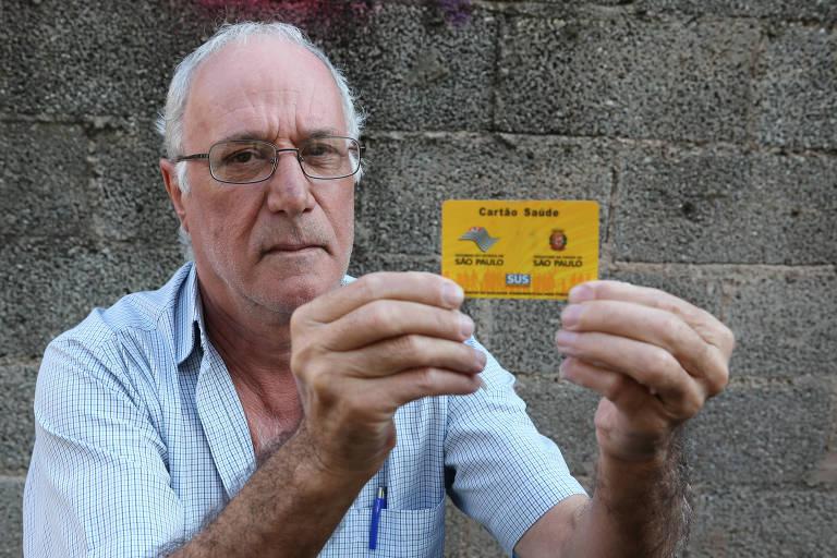 Albino Pego Marques Cardoso, 60 anos, perdeu quase toda a audição e, por isso, precisa utilizar o aparelho para melhorar sua qualidade de vida; ele aguarda  que a rede pública libere o item