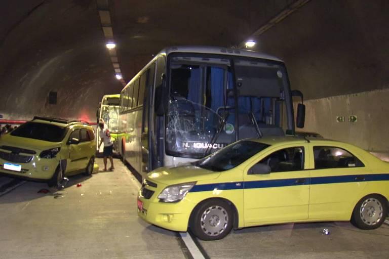 Acidente entre dois ônibus e cinco carros no Túnel Marcello Alencar, na região central do Rio