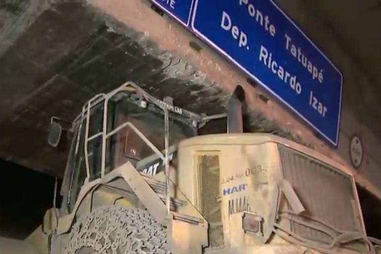 Caminhão entala na ponte do Tatuapé, na zona leste de SP