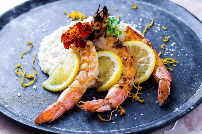 Camarões e risoto servidos no restaurante Côl, no Itaim Bibi