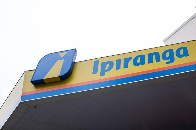 Logomarca do posto de combustível Ipiranga tem letras e símbolo azuis sobre faixa laranja e fundo amarelo