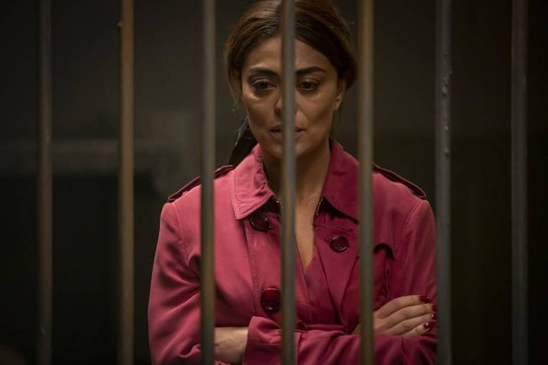 Maria da Paz (Juliana Paes) é presa após atirar em Régis (Reynaldo Gianecchini)