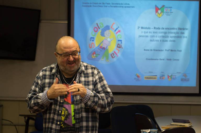 """O professor Martin Feijó ministra o módulo """"Roda de encontro literário"""" do curso, em que os alunos interagem com o conteúdo dos autores e suas obras"""