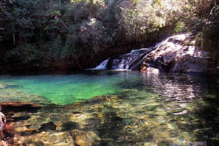 Cachoeira da Esmeralda, assim batizada por conta do tom que a água adquire em certa hora do dia, localizada a 8 quilômetros do centro urbano de Carrancas