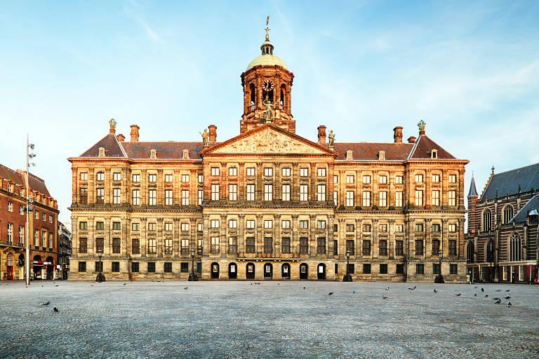 O Palácio Real de Amsterdã na praça Dam, no coração da cidade