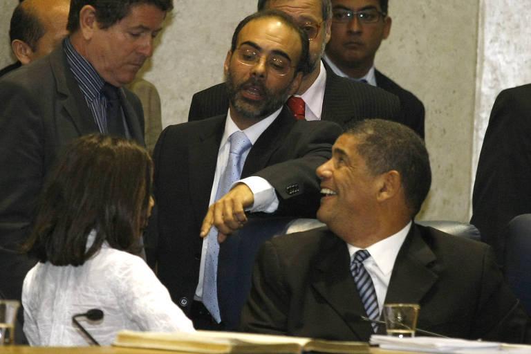 Police Neto, de pé, e Milton Leite (à dir.) no dia da votação para presidente da Câmara, em 2010; Police venceu Leite e rixa começou