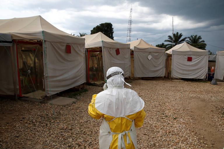 Profissional de saúde, que usa traje especial de proteção contra ebola, prepara-se para entrar em área de cuidados de emergência no Congo