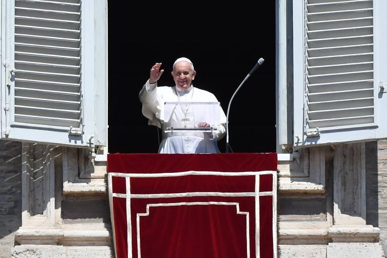 Papa sorri e acena com a mão direita