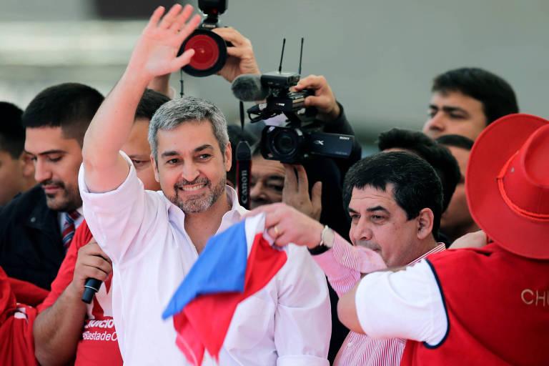 O presidente do Paraguai, Mario Abdo Benítez, acena a apoiadores em evento em Assunção
