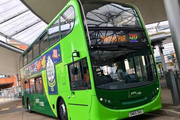 ônibus com letreiro colorido
