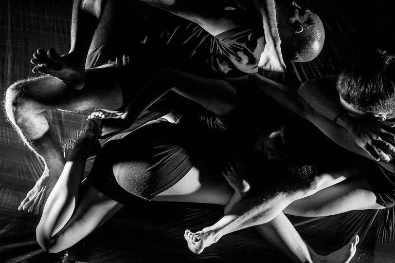 Cena da performance de dança 'Situação de Atrito 3: Uma Coisa Muda'
