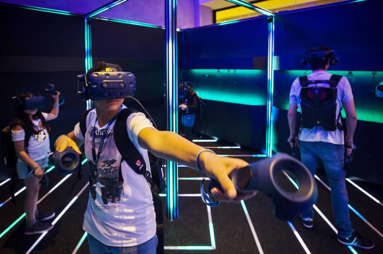 Crianças praticam jogo que mistura realidade virtual e escape no Voyager Escape, no Morumbi Town Shopping