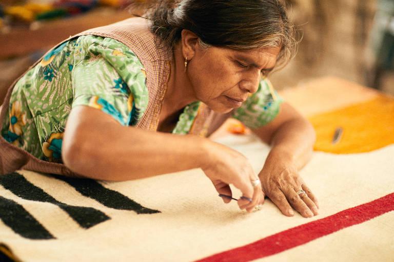 Artesã trabalha em peça desenvolvida pela marca mexicana MZ, presente na feira Made