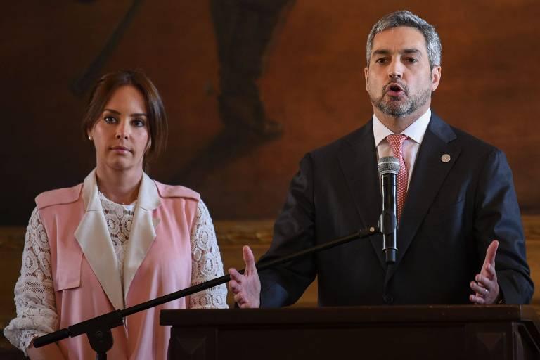 O presidente do Paraguai, Mario Abdo Benítez, discursa ao lado da mulher, Silvina Lopez, em Assunção