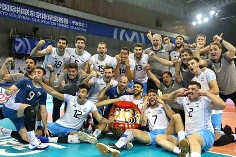 A seleção masculina de vôlei da Argentina comemora a vitória contra a China no pré-olímpico e classificação para a Olimpíada de Tóquio-2020 com seu gesto de olhos puxados