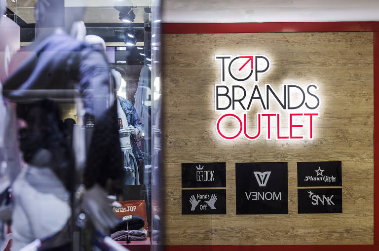 Fachada da loja Top Brands no Shopping Light, que concentra outlets de marcas como Nike, Adidas e Lacoste