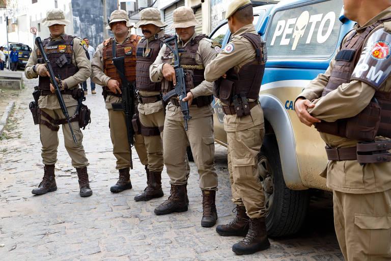 Policiais participam de operação contra o crime organizado na Bahia nesta quinta-feira (15)
