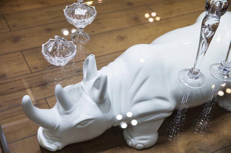 Mesa  de centro de vidro vista de cima, com rinoceronte de cerâmica branco usado como pé, da loja Colletanea Design, no Shopping Lar Center