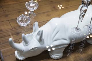 Especial Shoppings de Sao Paulo. Mesa  de centro  em vidro com pes de Rinoceronte da loja Colletanea Design no Shopping Lar Center