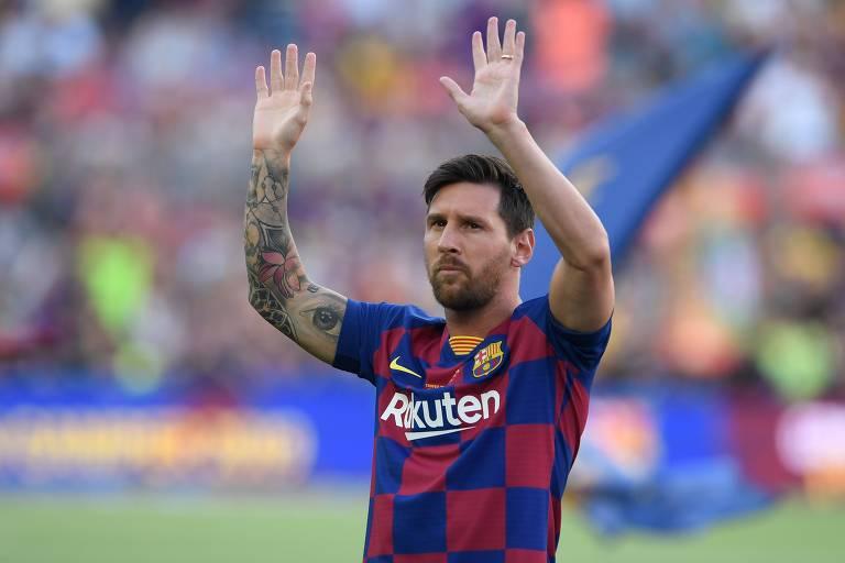 Lionel Messi cumprimenta os torcedores no Camp Nou antes de partida pelo troféu Joan Gamper