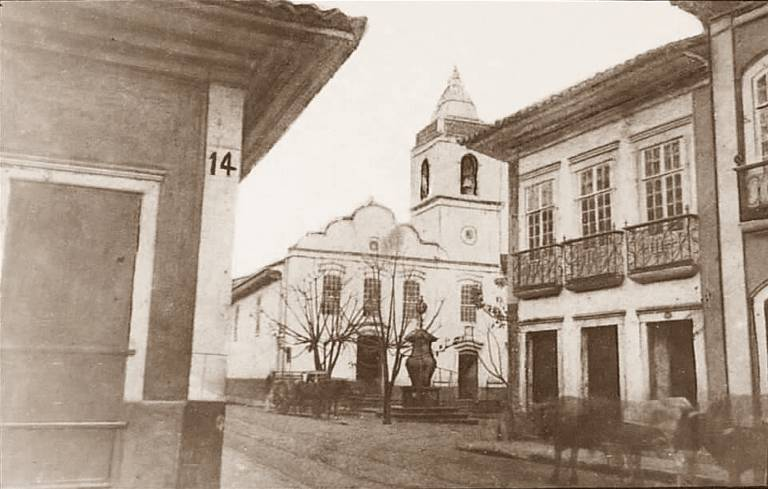 Vista do largo da Misericórdia, no centro de São Paulo, em 1862, ainda com o chafariz de Tebas em frente à igreja; imagem do Álbum Comparativo de Militão Augusto de Azevedo
