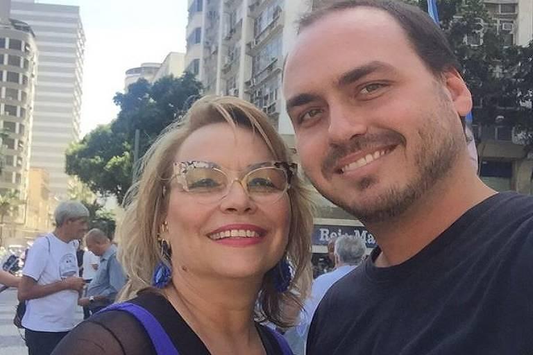 Rogéria e o filho Carlos Bolsonaro