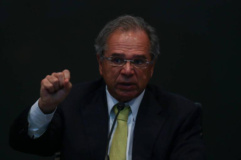 O ministro da Economia, Paulo Guedes, com dedo para cima, durante seminário sobre a MP da Liberdade Econômica no STJ (Superior Tribunal de Justiça)