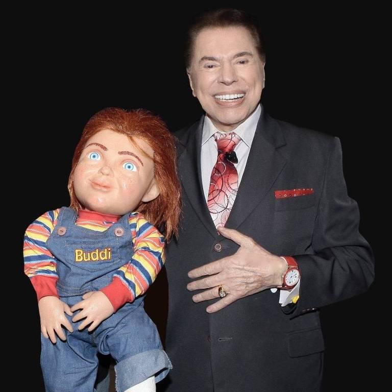 Silvio Santos tira foto com o boneco Chucky