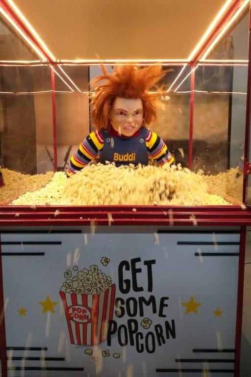 Chucky sai de dentro de pipoqueira em pegadinha do Programa Silvio Santos