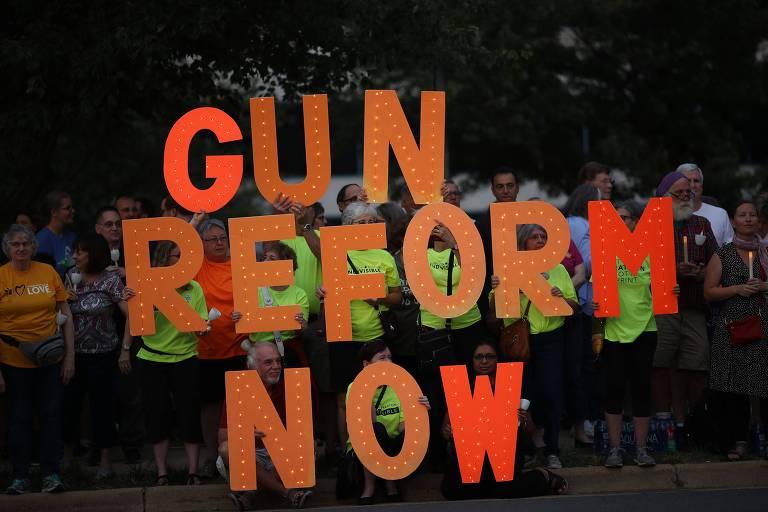 Ativistas do controle de armas fazem protesto em frente à sede da NRA, em Fairfax, no estado da Virgínia