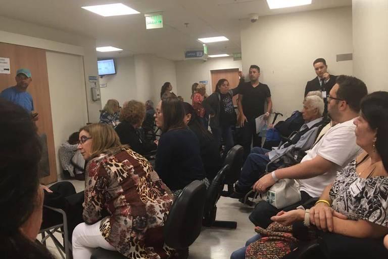 Sala de recepção lotada e com pacientes sentados no chão no pronto atendimento do Hospital do Servidor Estadual, Iamspe, na Vila Clementino.