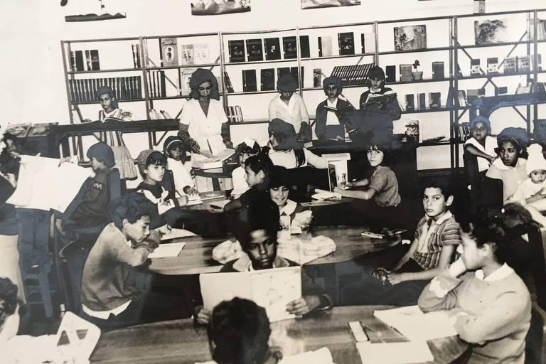 Primeiro dia de funcionamento da biblioteca Cora Coralina em 1966