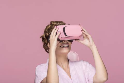 Sao Paulo, SP, BRASIL, 05-08-2019:  Especial Consumo Shopping. Revista Sao Paulo. Producao com a modelo Bruna Braga,30, com aparelho de Realidade Virtual (Foto: Eduardo Knapp/Folhapress, Revista Sao Paulo).