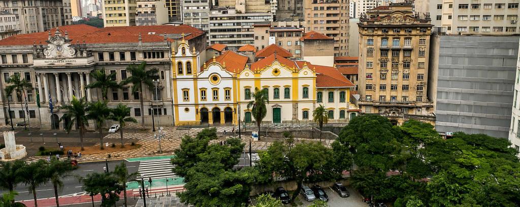 A fachada da Igreja das Chagas do Seráfico Pai São Francisco (a da direita) foi adornada em 1783 por Joaquim Pinto de Oliveira Tebas