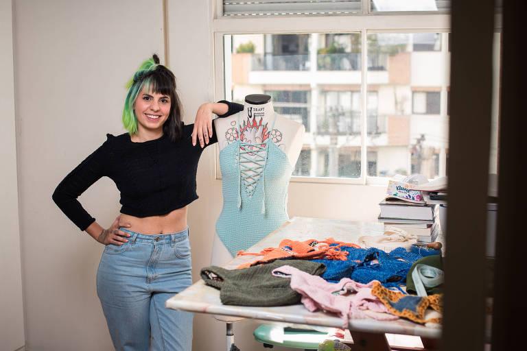 Barbara Kramer, que exporta biquínis de crochê via marketplace, em seu ateliê em SP