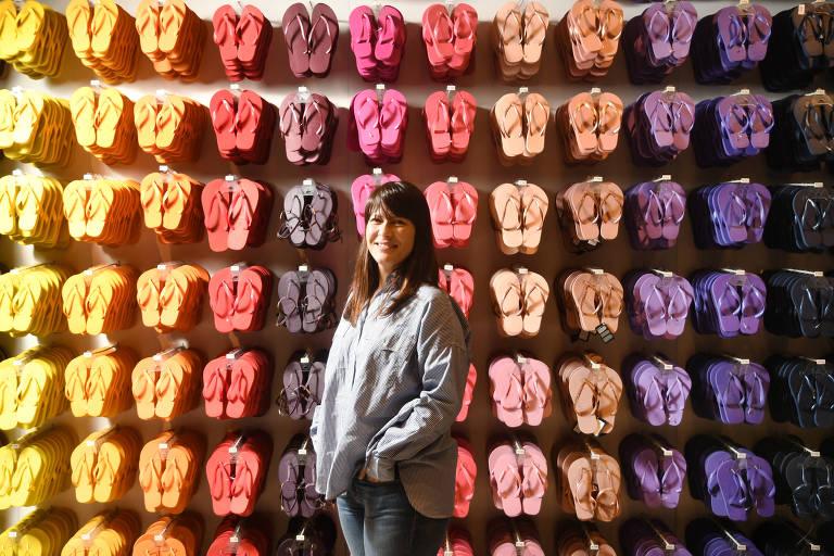 A diretora de canais digitais da Alpargatas, Fernanda Romano, em loja da Havaianas em São Paulo