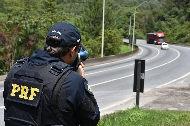 Com radar portátil, policiais rodoviários federais registraram veículos em alta velocidade na BR-376, em Guaratuba (PR),