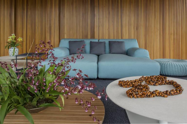 Sofá de brim em projeto do escritório Denise Barretto