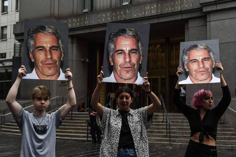 Com cartazes com o rosto de Jeffrey Epstein, manifestantes protestam contra ele em frente a tribunal em Nova York