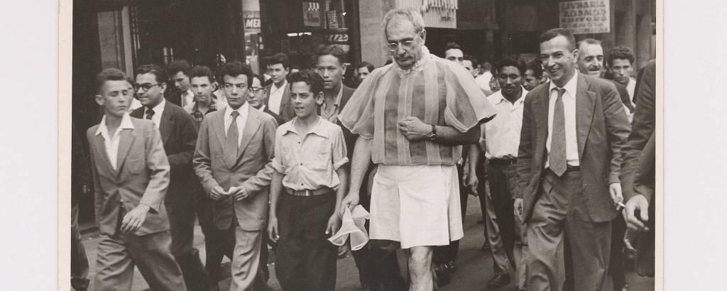 Flávio de Carvalho caminha com o 'New Look' no centro paulistano, em 1956